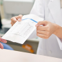 薬局で処方薬を代理人が受け取ることはできるのか